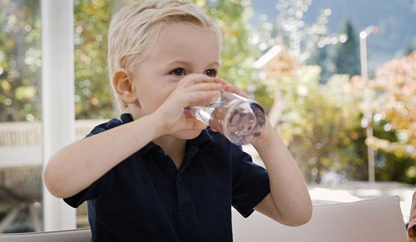 Junge trinkt belebtes GRANDER® Wasser