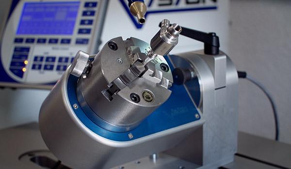 Automatisiertes Laserschweißgerät bei der Arbeit